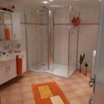 Badezimmer 3 Dusche und Waschbecken