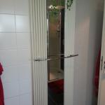 Badezimmer 7 Heizung und Spiegel