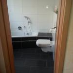 Badezimmer 8 Toilette und Badewanne