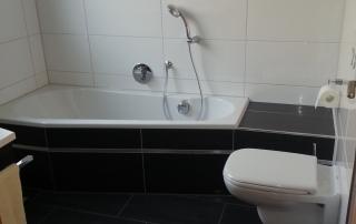Badezimmer 8 Toilette und Badewanne 2