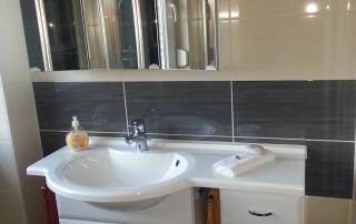 Badezimmer 14 Waschbecken und Schrank