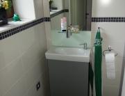 Badezimmer 11 Waschbecken und Spiegel