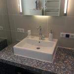 Badezimmer 4 Waschbecken und Spiegel