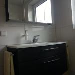 Badezimmer 8 Waschbecken und Spiegel