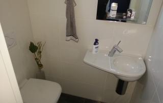Gäste WC 15 Toilette und Waschbecken